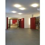 Foyer, Garderobe und Büchertisch